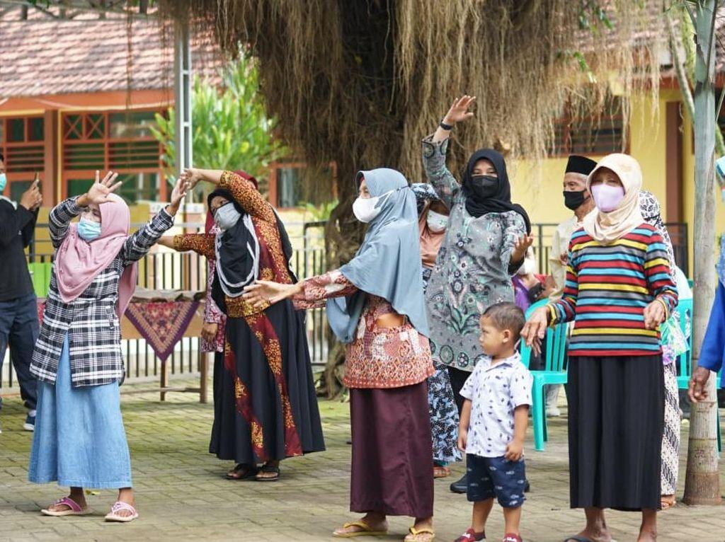 Bupati Banyuwangi Kampanyekan Vaksinasi dengan Senam Bareng Lansia