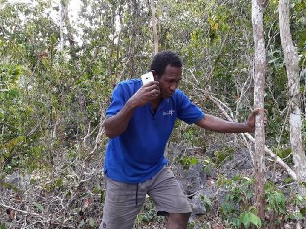 Di Papua, Teleponan pun Harus Mendaki Bukit