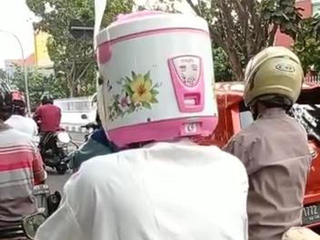 Bikin Ngakak! Pemotor di Kota Pasuruan Ini Pakai Helm Rice Cooker