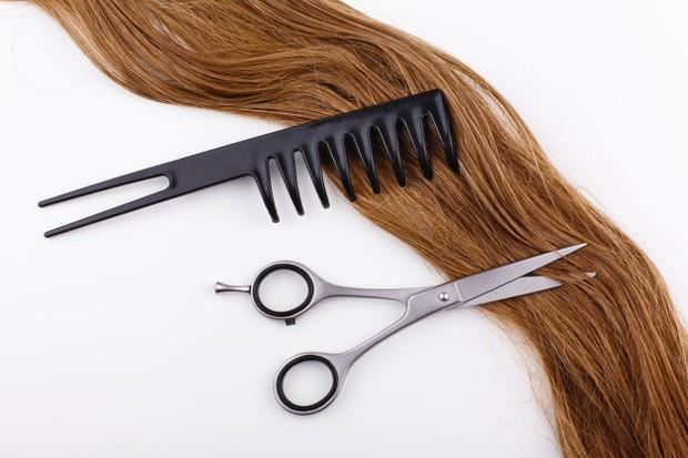Segeralah membuang bagian rambut yang rusak sebelum semakin parah dan sulit untuk diperbaiki.