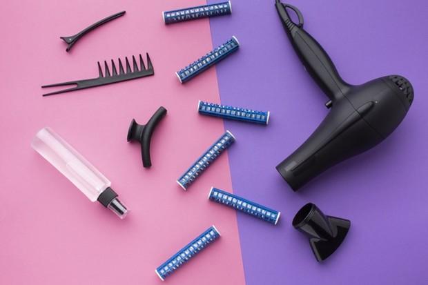Ketika detoks rambut, kamu perlu menghindari berbagai macam peralatan hair stylist agar tidak semakin kering.