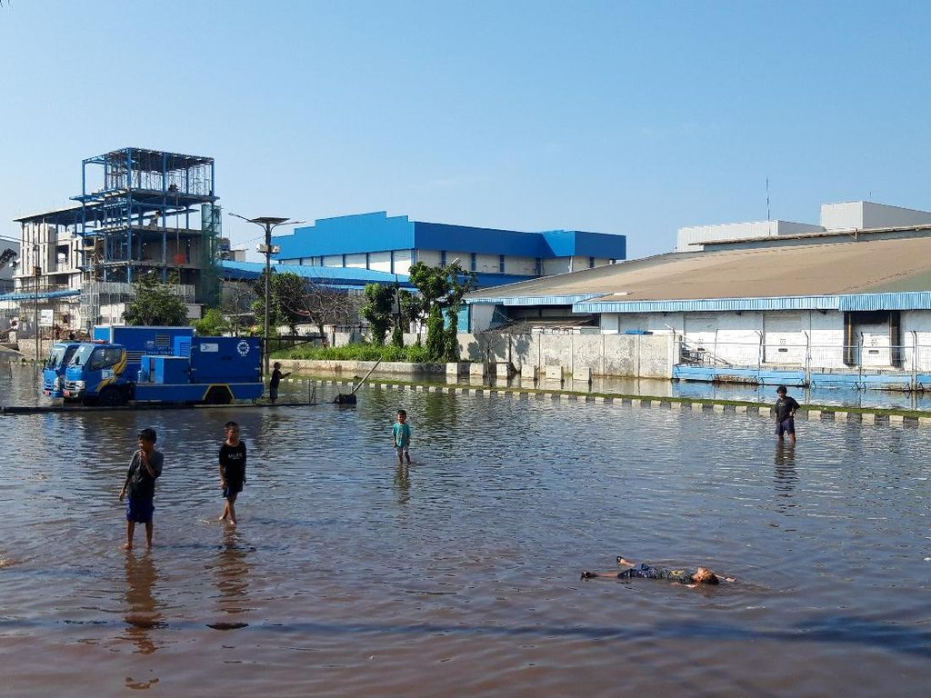 Muara Baru Jakut Masih Tergenang Banjir Rob hingga Siang Ini