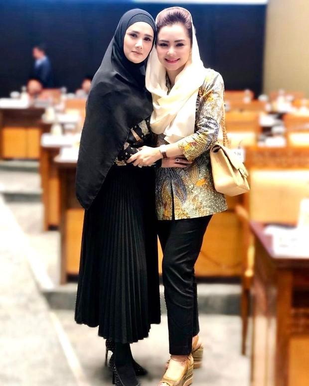 Mulan Jameela tampil stylish saat bekerja di gedung DPR/instagram.com/mulanjameela1