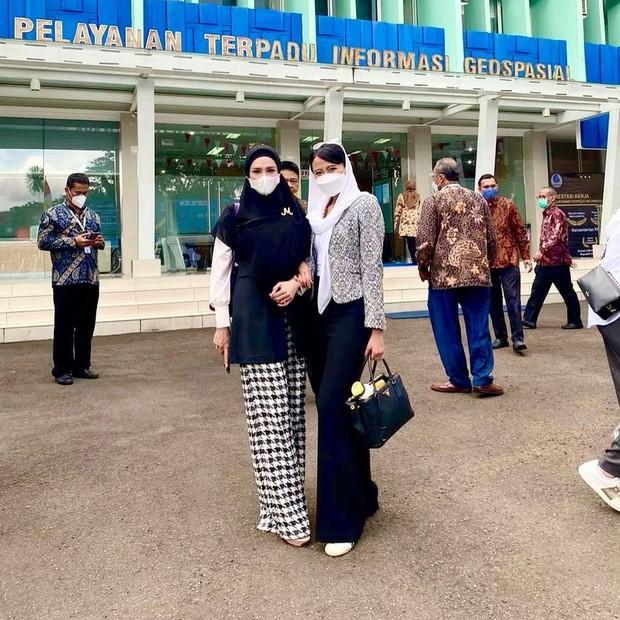 Mulan Jameela tampak sedang kunjungan kerja ke sebuah instansi/instagram.com/mulanjameela1