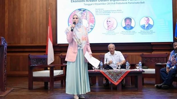 Mulan Jameela tampak sedang memanldu sebuah acara/instagram.com/mulanjameela1