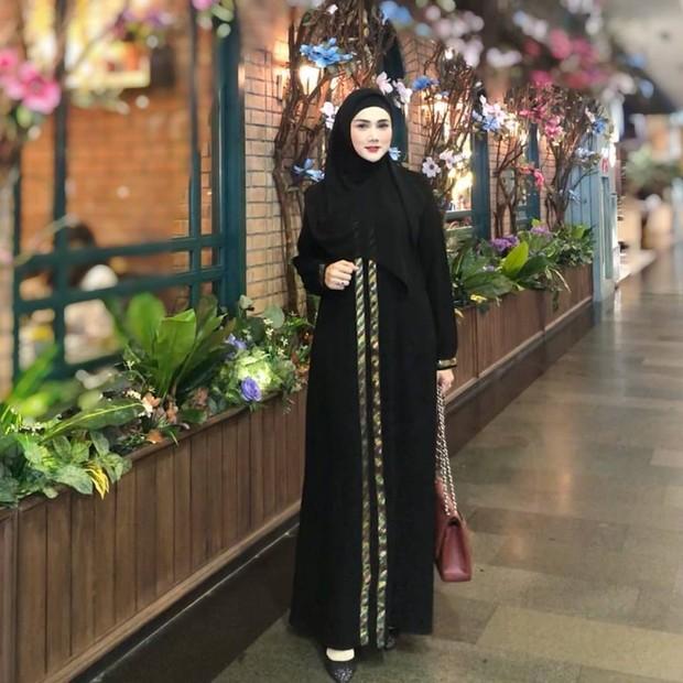 Mulan Jameela tampil elegan dengan outfit serba hitam/instagram.com/mulanjameela1