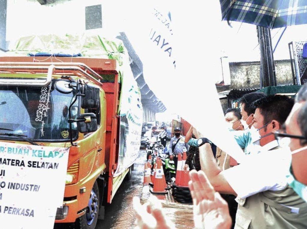 Gubernur Sumsel Lepas Ekspor 135 Ton Kelapa ke Thailand