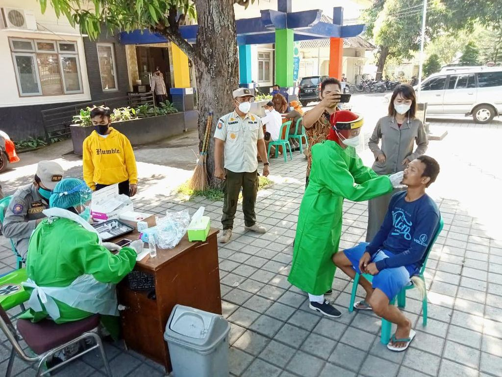 Cegah COVID-19, Polres Lombok Utara Tes Antigen Acak Pengguna Jalan