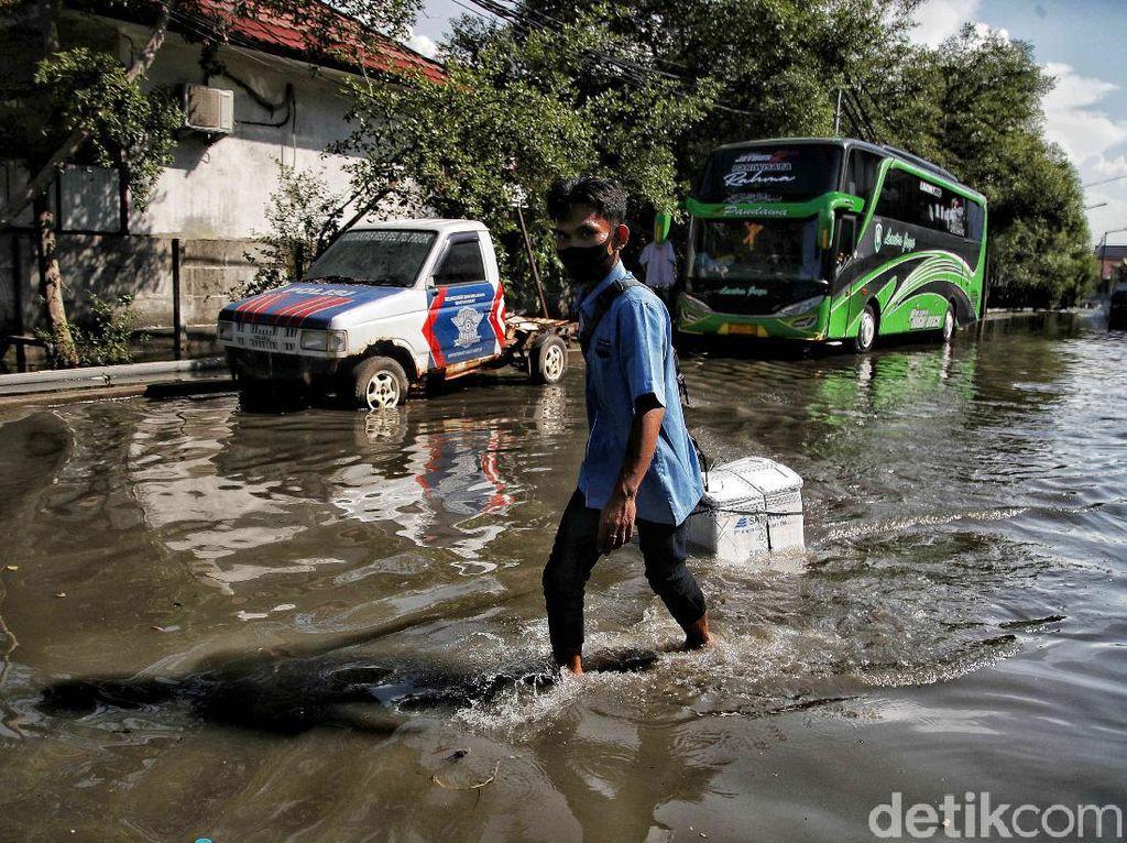 Semangat Pekerja Pelabuhan Menerjang Rob Jakarta Utara