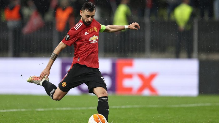 GDANSK, POLAND - MAY 26: Bruno Fernandes of Manchester United scores their teams third penalty in the penalty shoot out during the UEFA Europa League Final between Villarreal CF and Manchester United at Gdansk Arena on May 26, 2021 in Gdansk, Poland. (Photo by Maja Hitij/Getty Images)
