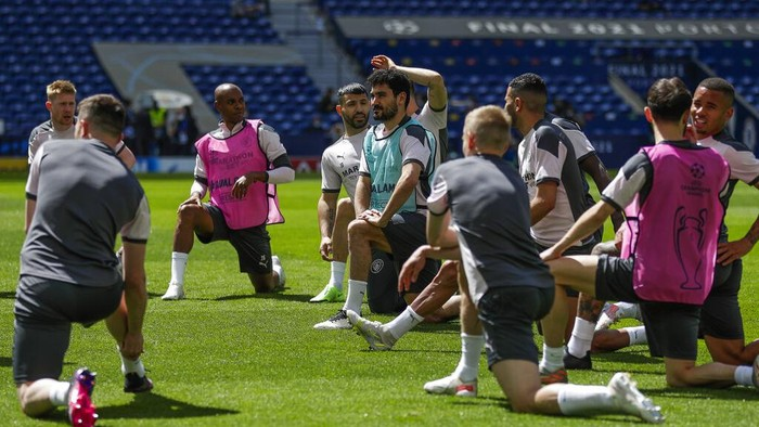 Manchester City players stretch during a training session ahead of the Champions League final match at the Dragao stadium in Porto, Portugal, Friday, May 28, 2021. Manchester City and Chelsea will play the Champions League final on Saturday. (AP Photo/Manu Fernandez)