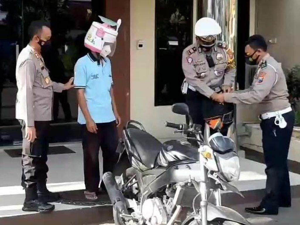 Pemotor Berhelm Rice Cooker Dilepas Polisi Usai Dapat Helm SNI