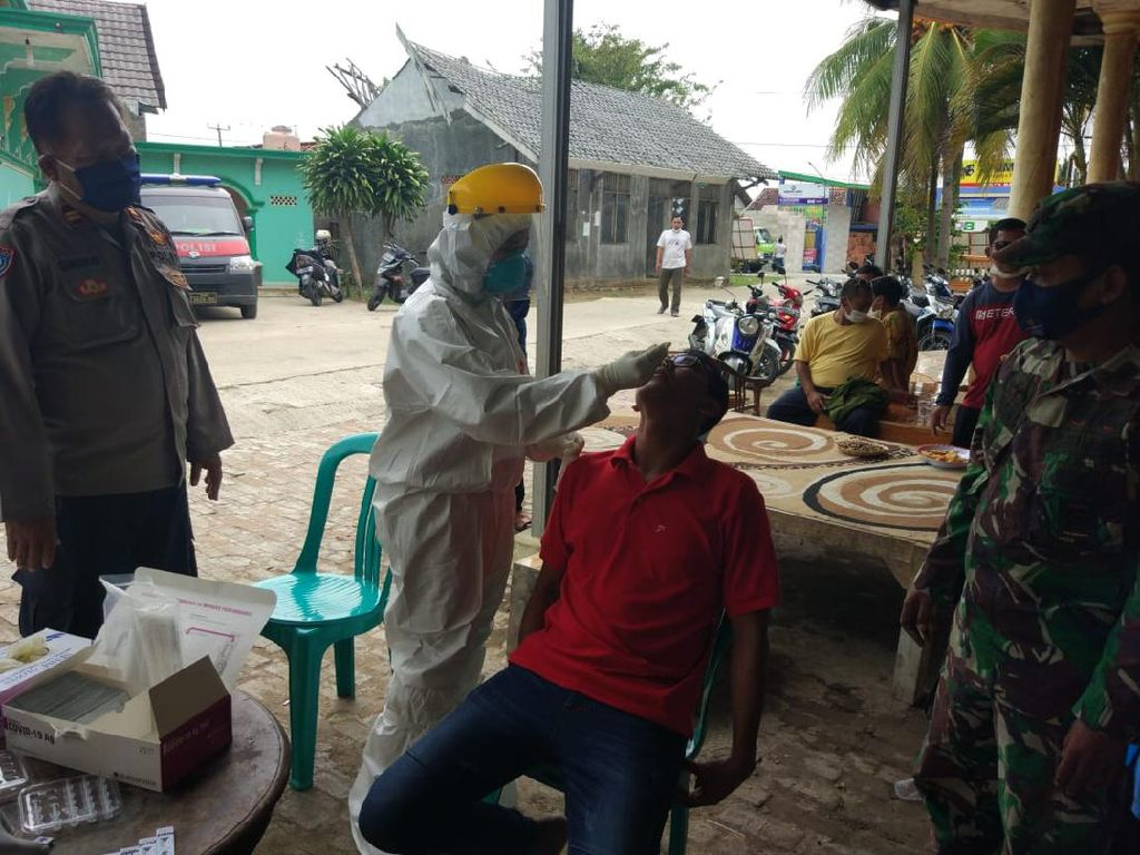 Polisi Tes Swab 35 Warga yang Datang Beri Ucapan Selamat ke Kades di Bekasi
