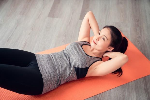 Sit up memberi penekanan pada otot perut sehingga bisa membakar lemak/freepik.com