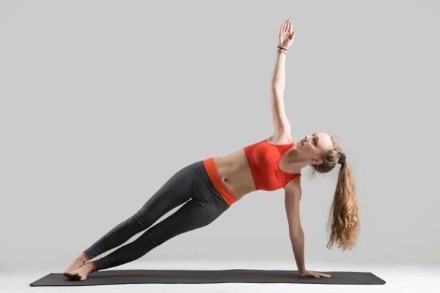 Standing Oblique Crunch membantu membentuk otot-otot di sisi tubuh /freepik.com