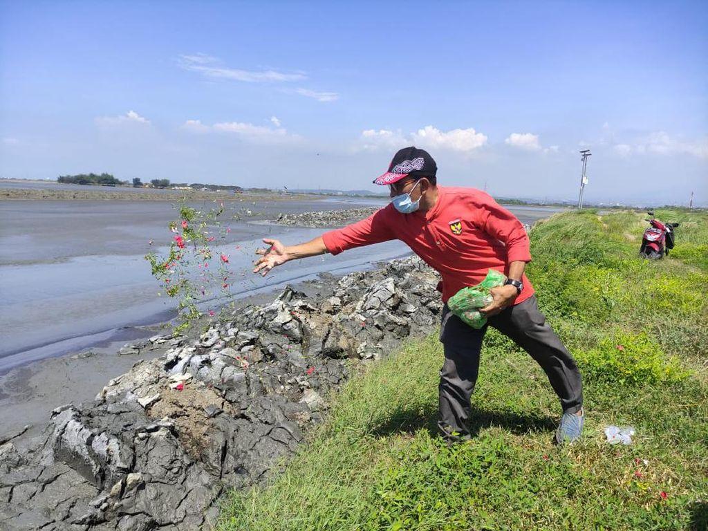 Warga Sidoarjo Tabur Bunga Tunggal Peringati 15 Tahun Semburan Lumpur Lapindo