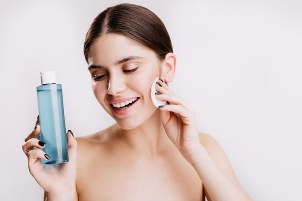 Aplikasikan masker infus lotion untuk wajah.