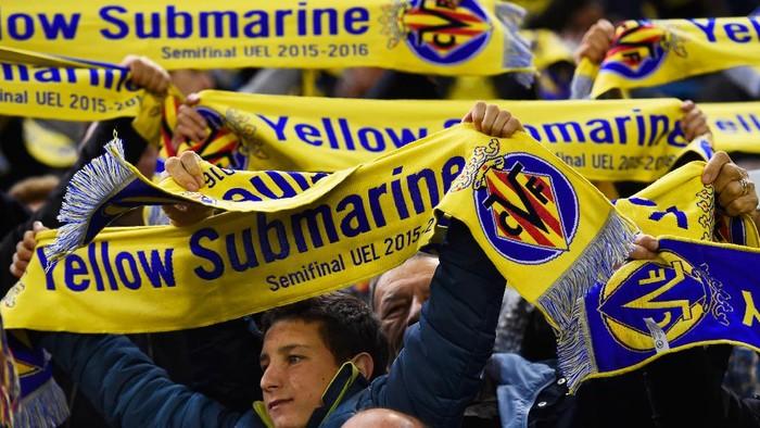 Fans Villarreal membentangkan syal bertuliskan Yellow Submarine. (Foto: Getty Images/David Ramos)
