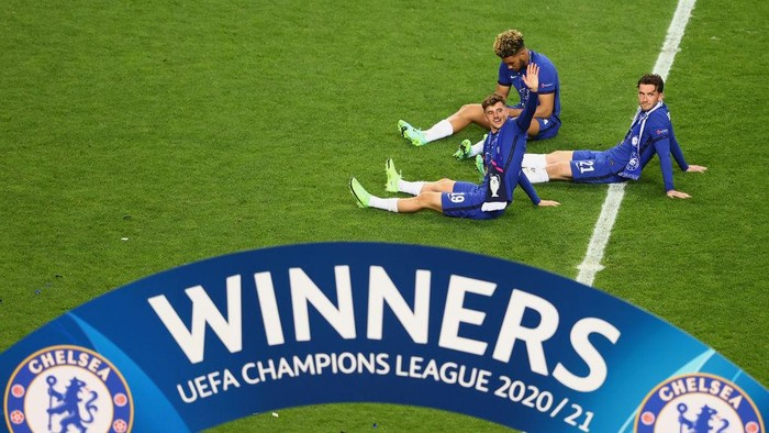 PORTO, PORTUGAL - MAY 29: Mason Mount, Ben Chilwell and Reece James of Chelsea celebrate on the pitch after winning the UEFA Champions League Final between Manchester City and Chelsea FC at Estadio do Dragao on May 29, 2021 in Porto, Portugal. (Photo by Michael Steele/Getty Images)