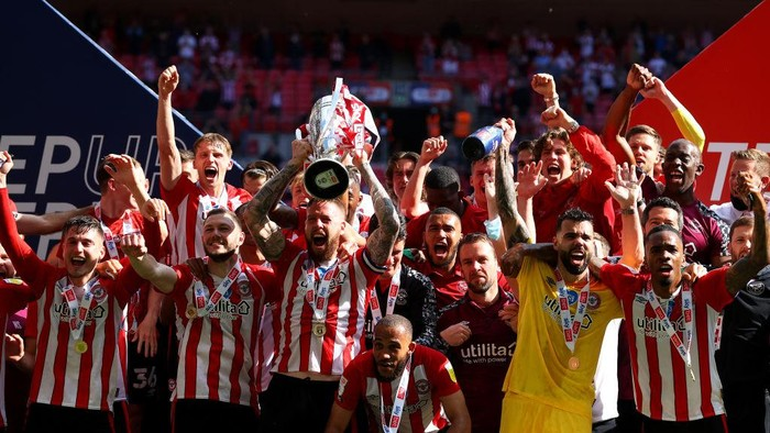 LONDON, ENGLAND - MAY 29: Pontus Jansson of Brentford lifts the Sky Bet Championship Play Off Trophy following victory in the Sky Bet Championship Play-off Final between Brentford FC and Swansea City at Wembley Stadium on May 29, 2021 in London, England. (Photo by Catherine Ivill/Getty Images)