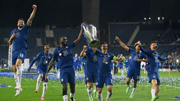 PORTO, PORTUGAL - MAY 29: Antonio Ruediger and Cesar Azpilicueta of Chelsea celebrate with the Champions League Trophy alongside teammates Olivier Giroud, Marcos Alonso, Reece James and Mason Mount following their team's victory during the UEFA Champions League Final between Manchester City and Chelsea FC at Estadio do Dragao on May 29, 2021 in Porto, Portugal. (Photo by David Ramos/Getty Images)