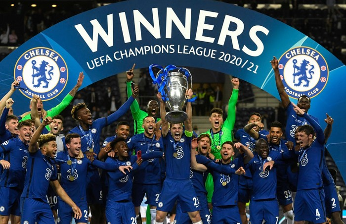 PORTO, PORTUGAL - MAY 29: Cesar Azpilicueta of Chelsea lifts the Champions League Trophy following their teams victory in the UEFA Champions League Final between Manchester City and Chelsea FC at Estadio do Dragao on May 29, 2021 in Porto, Portugal. (Photo by Pierre-Philippe Marcou - Pool/Getty Images)