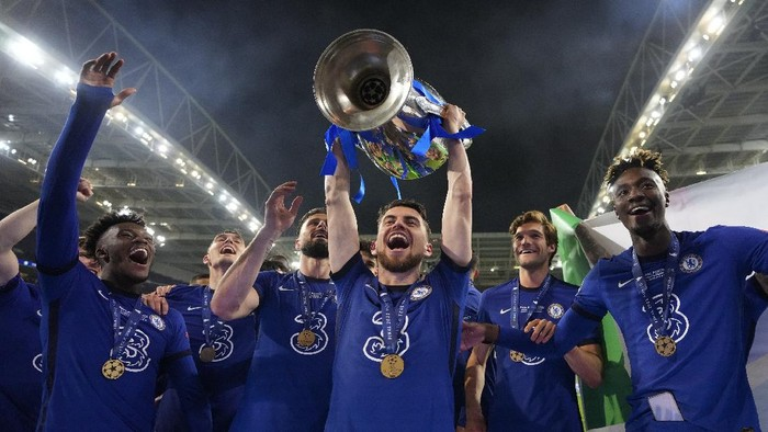 Chelseas Jorginho celebrates with the trophy after winning the Champions League final soccer match between Manchester City and Chelsea at the Dragao Stadium in Porto, Portugal, Saturday, May 29, 2021. (AP Photo/Manu Fernandez, Pool)