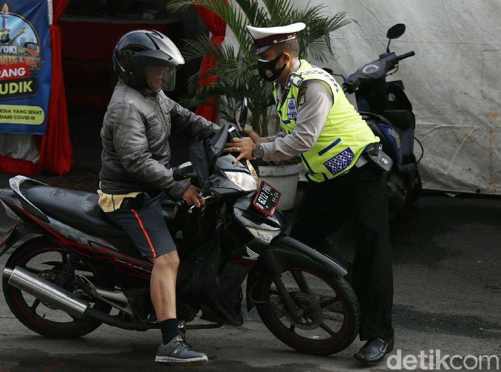 Hindari Razia Masker, Pemotor Hampir Tabrak Polisi