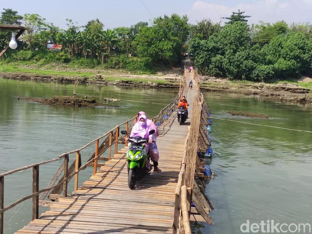 Ini Jembatan Apung di Sungai Porong yang Bantu Warga Pangkas Jarak 8 Km
