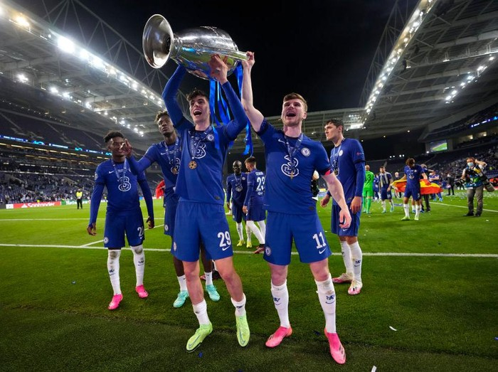 PORTO, PORTUGAL - MAY 29: Kai Havertz and Timo Werner of Chelsea celebrate with the Champions League Trophy following their teams victory in the UEFA Champions League Final between Manchester City and Chelsea FC at Estadio do Dragao on May 29, 2021 in Porto, Portugal. (Photo by Manu Fernandez - Pool/Getty Images)