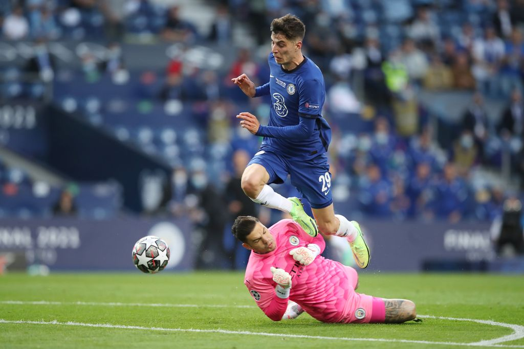PORTO, PORTUGAL - MAY 29: Kai Havertz of Chelsea beats Ederson of Manchester City to go on to score their side's first goal during the UEFA Champions League Final between Manchester City and Chelsea FC at Estadio do Dragao on May 29, 2021 in Porto, Portugal. (Photo by Jose Coelho - Pool/Getty Images)