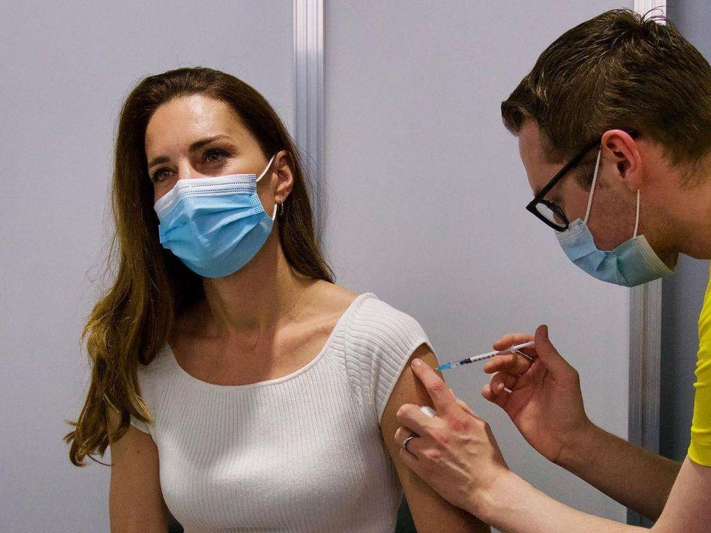 Gaya Santai Kate Middleton Jalani Vaksinasi COVID-19 Dosis Pertama