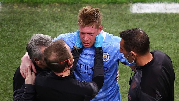 PORTO, PORTUGAL - MAY 29: Kevin De Bruyne of Manchester City walks off after suffering an injury during the UEFA Champions League Final between Manchester City and Chelsea FC at Estadio do Dragao on May 29, 2021 in Porto, Portugal. (Photo by Michael Steele/Getty Images)