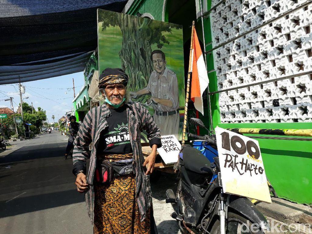 Unik, Pria Ini Melukis Sambil Jalan Kaki Untuk Kenang Soeharto