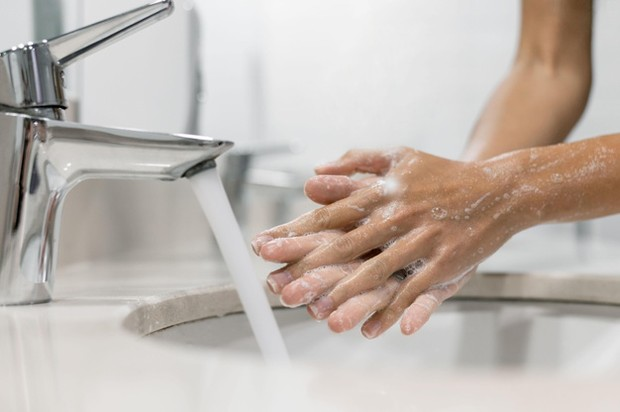 Jaga kesehatan mata dengan rajin mencuci tangan sebelum memakai softlens.