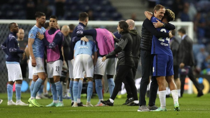 PORTO, PORTUGAL - MAY 29: Thomas Tuchel, Manager of Chelsea and Reece James of Chelsea embrace following their sides victory in the UEFA Champions League Final between Manchester City and Chelsea FC at Estadio do Dragao on May 29, 2021 in Porto, Portugal. (Photo by Manu Fernandez - Pool/Getty Images)