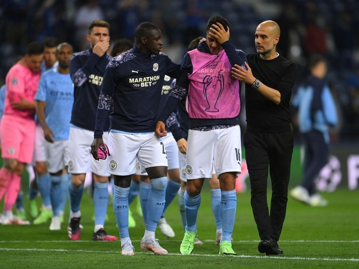 PORTO, PORTUGAL - MAY 29: Pep Guardiola, Manager of Manchester City consoles Rodrigo following defeat in the UEFA Champions League Final between Manchester City and Chelsea FC at Estadio do Dragao on May 29, 2021 in Porto, Portugal. (Photo by David Ramos/Getty Images)