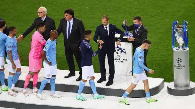 PORTO, PORTUGAL - MAY 29: Players of Manchester City go up to collect their runners up medals after the UEFA Champions League Final between Manchester City and Chelsea FC at Estadio do Dragao on May 29, 2021 in Porto, Portugal. (Photo by Michael Steele/Getty Images)