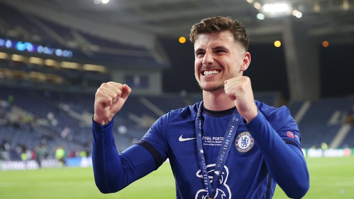 PORTO, PORTUGAL - MAY 29: Mason Mount of Chelsea celebrates winning the Champions League following the UEFA Champions League Final between Manchester City and Chelsea FC at Estadio do Dragao on May 29, 2021 in Porto, Portugal. (Photo by Carl Recine - Pool/Getty Images)