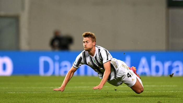 BARCELONA, SPAIN - DECEMBER 08: Matthijs de Ligt of Juventus runs with the ball during the UEFA Champions League Group G stage match between FC Barcelona and Juventus at Camp Nou on December 08, 2020 in Barcelona, Spain. Sporting stadiums around Spain remain under strict restrictions due to the Coronavirus Pandemic as Government social distancing laws prohibit fans inside venues resulting in games being played behind closed doors. (Photo by David Ramos/Getty Images)