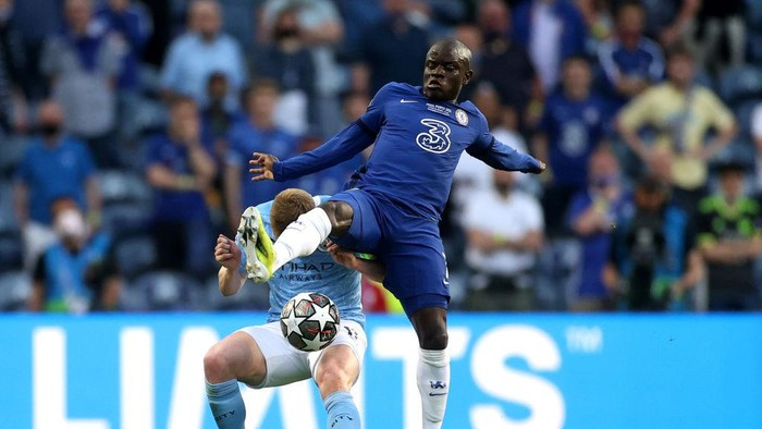 PORTO, PORTUGAL - MAY 29: Kevin De Bruyne of Manchester City and NGolo Kante of Chelsea battle for possession during the UEFA Champions League Final between Manchester City and Chelsea FC at Estadio do Dragao on May 29, 2021 in Porto, Portugal. (Photo by Carl Recine - Pool/Getty Images)