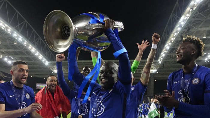Chelseas NGolo Kante celebrates with the trophy after winning the Champions League final soccer match between Manchester City and Chelsea at the Dragao Stadium in Porto, Portugal, Saturday, May 29, 2021. (AP Photo/Manu Fernandez, Pool)