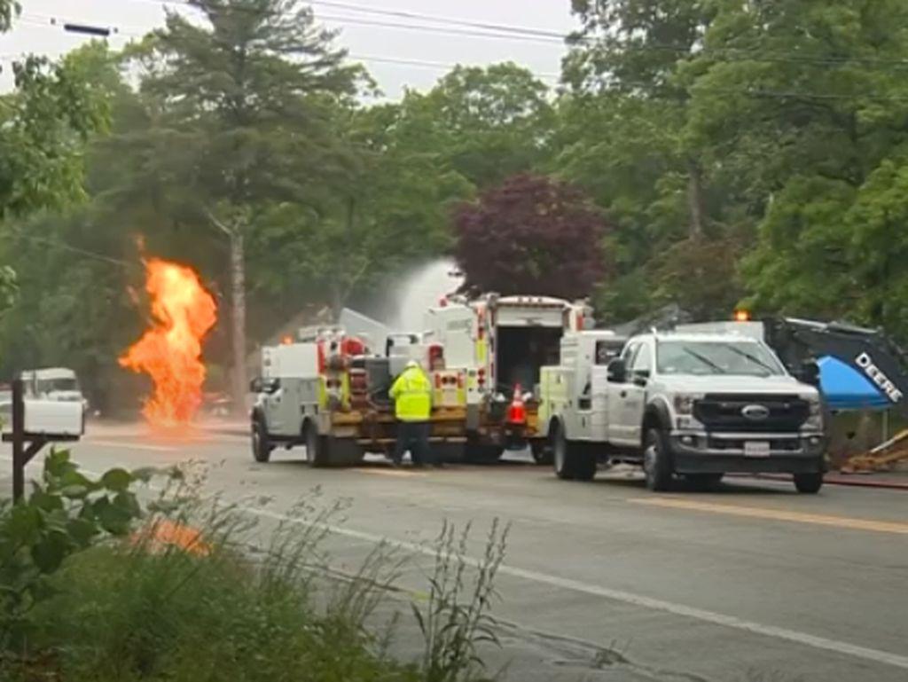 Pilar Api Setinggi 5 Meter Memblokir Jalan Akibat Gas Bocor di AS