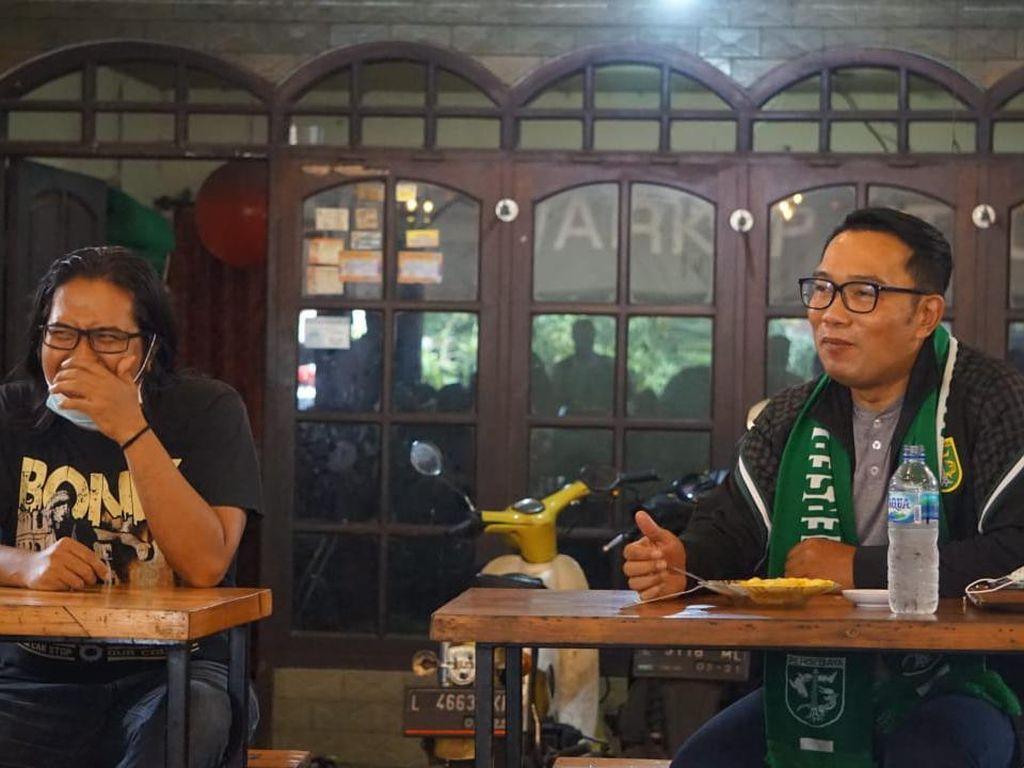 Pakai Syal dan Jaket Persebaya, Ridwan Kamil Nongkrong Bareng Bonek di Warkop