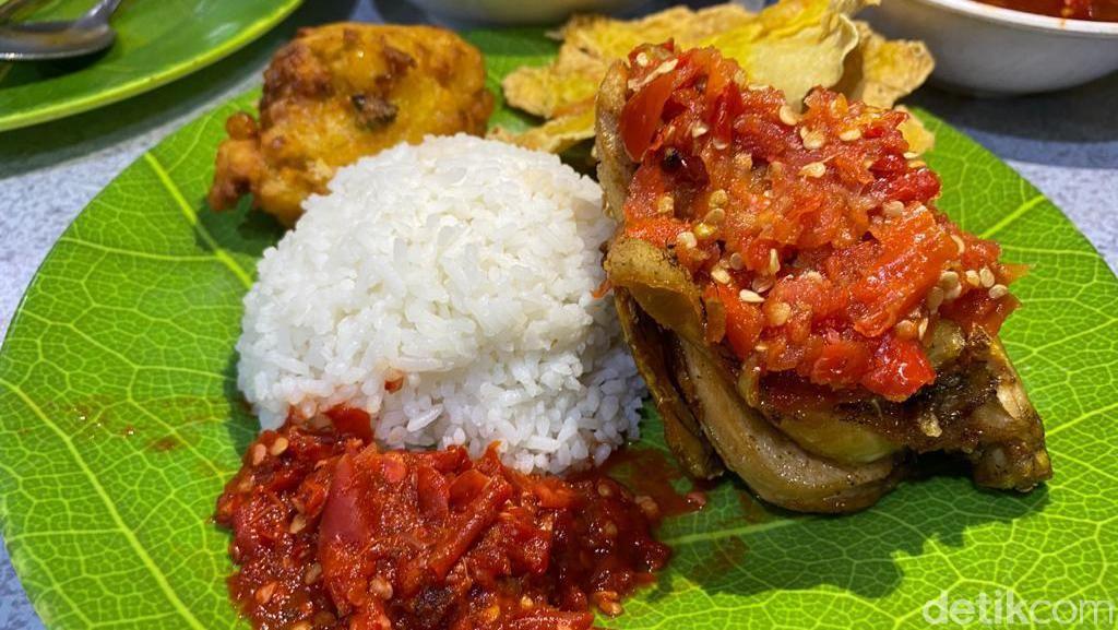 Makan Puas Ayam Goreng Sambal Dadak di Restoran Prasmanan Khas Sunda