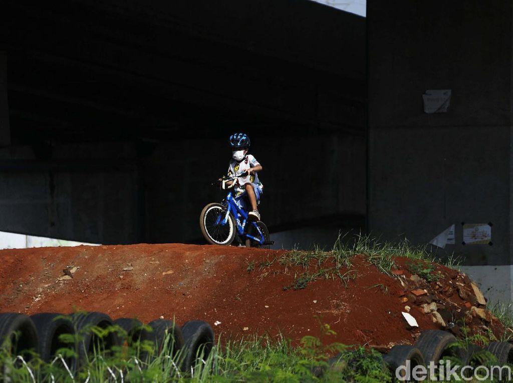 Serunya Anak-anak Jajal Pump Track di Kolong Jembatan Tol Becakayu