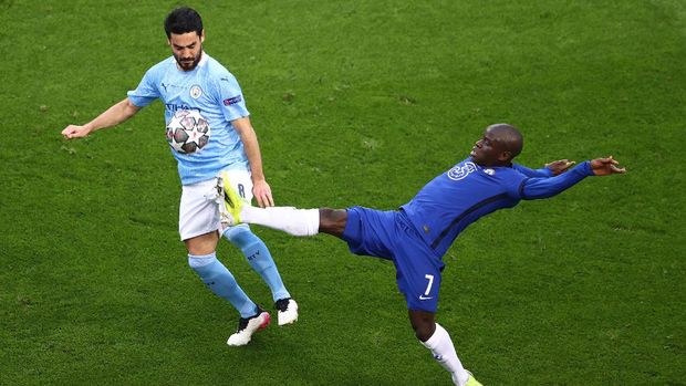 Soccer Football - Champions League Final - Manchester City v Chelsea - Estadio do Dragao, Porto, Portugal - May 29, 2021 Chelsea's N'Golo Kante in action with Manchester City's Ilkay Gundogan Pool via REUTERS/Michael Steele