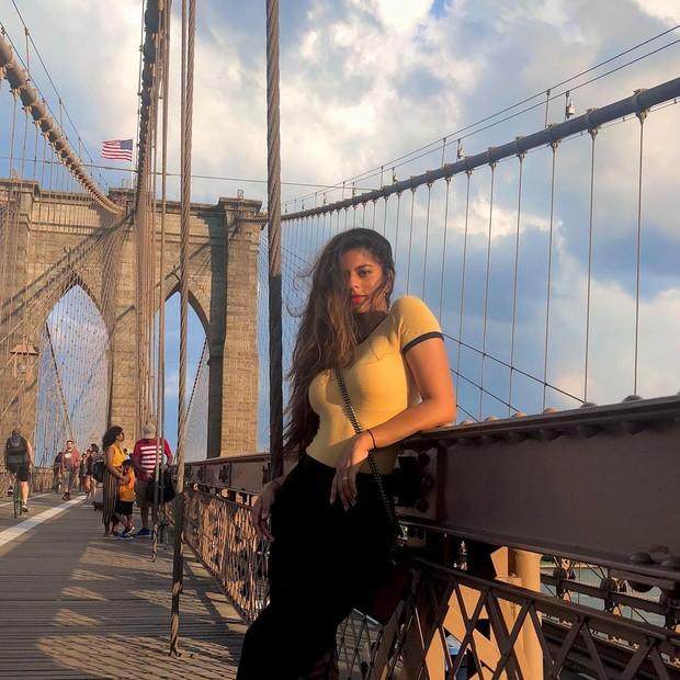 Suhana Khan sedang berpose di sebuah jembatan/instagram.com/suhanakhan2