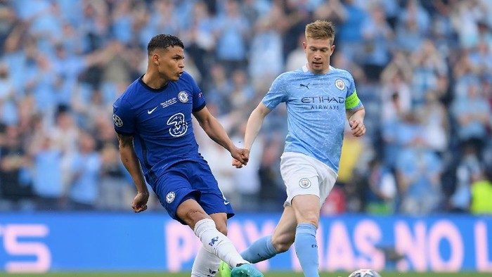 PORTO, PORTUGAL - MAY 29: Thiago Silva of Chelsea passes the ball under pressure from Kevin De Bruyne of Manchester City during the UEFA Champions League Final between Manchester City and Chelsea FC at Estadio do Dragao on May 29, 2021 in Porto, Portugal. (Photo by David Ramos/Getty Images)