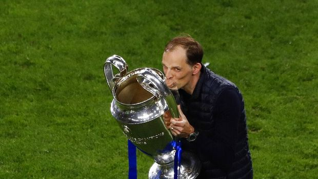 Chelsea's head coach Thomas Tuchel celebrates kissing the trophy after winning the Champions League final soccer match against Manchester City at the Dragao Stadium in Porto, Portugal, Saturday, May 29, 2021. (Susana Vera/Pool via AP)